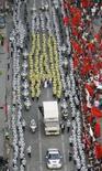 <p>Policiais protegem a passagem da tocha olímpica pela cidade de Seul, Coréia do Sul, neste domingo, dia 27 de abril. A tocha olímpica foi recebida neste domingo com manifestações de protesto e confrontos no início de dois dias de percurso na dividida Península Coreana, onde seguirá por um trajeto protegido por milhares de policiais. Photo by Lee Jae-Won</p>