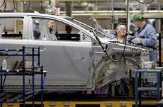 <p>Ford Motor Company employees assemble a Ford Edge at the Ford assembly plant in Oakville, a Toronto suburb, October 16, 2006. The Canadian Auto Workers Union said on Monday it has reached a tentative three-year agreement with Ford Canada that includes a wage freeze. REUTERS/J.P. Moczulski</p>