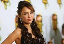 <p>Foto de archivo de Miley Cyrus en los Kids' Choice Awards en Los Angeles. La popular estrella Miley Cyrus, que protagoniza la franquicia de Disney 'Hannah Montana', fue criticada el lunes por medios y algunos padres de sus fanáticos molestos por unas fotos en la que la actriz de 15 años aparece con poses consideradas provocativas sexualmente. La superestrella se disculpó el domingo por las fotos, en las que aparece enseñando el sostén, tumbada en el regazo de un chico, y medio desnuda, y recibió el apoyo de sus representantes. Photo by Mario Anzuoni/Reuters</p>