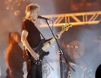<p>El bajista inglés Roger Waters durante4 el festival de música de Coachella en Indio, California 27 abr 2008. El ex líder de Pink Floyd, Roger Waters, cerró el domingo uno de los principales festivales de música estadounidense con una deslumbrante presentación pirotécnica, pero el artista más comentado del evento fue Prince. El festival de música y artes del valle de Coachella, ahora en su noveno año, intentó recuperar la atención que perdió ante los nuevos festivales locales y llevó a sus canchas al enigmático roquero del funk como un plus de último minuto a una lista de actos que inicialmente desilusionó a muchos de los seguidores del evento. Photo by Mario Anzuoni/Reuters</p>