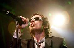 <p>Lead singer Scott Weiland performs with Stone Temple Pilots in West Hollywood, California April 7, 2008. REUTERS/Mario Anzuoni</p>