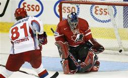 <p>Canada's goalie Pascal Leclaire (R) concedes a goal to Russia's Fedor Fedorov during the second period of their exhibition game at the 2008 IIHF World Hockey Championships in Quebec City, April 28, 2008. REUTERS/Mathieu Belanger</p>