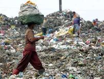 <p>Immagine d'archivio di persone che cercano tra i rifiuti di una discarica di Manila. REUTERS/Romeo Ranoco (PHILIPPINES)</p>