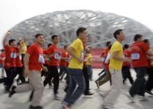 <p>Pessoas participam das comemorações da contagem regressiva de 100 dias para as Olimpíadas de Pequim, em frente ao Estádio Olímpico Nacional, em Pequim, 30 de abril de  Photo by Jason Lee</p>