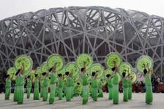 <p>Dança tradicional chinesa durante a maratona que celebra os 100 dias que faltam para o início das Olimpíadas de Pequim, em 30 de abril de 2008. Photo by Jason Lee</p>