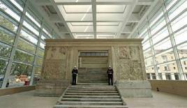 <p>L'Ara Pacis di Roma il giorno dell'inaugurazione della Teca, il 21 aprile 2006. REUTERS/Alessandro Bianchi</p>