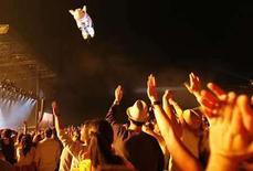 <p>Fans wave as as a pig-shaped balloon flies away during Roger Waters' performance at the Coachella Music Festival in Indio, California April 27, 2008. Coachella organizers are offering a $10,000 reward and four festival tickets for life in exchange for ex-Pink Floyd frontman Waters' two-story inflatable pig, which was lost on Sunday night. Picture taken April 27, 2008. El chancho volador inflable que se había perdido el fin de semana desde un festival de música al Sur de California, fue encontrado hecho jirones en un pueblo desértico. El cerdo, que ha sido caraterístico en la utilería del escenario de Pink Floyd desde su aparición en la portada de 1977 del disco 'Animals' y la canción 'Pigs on Wings', se liberó de sus amarras la noche del sábado del Festival de Música y de las Artes del Valle de Coachella. Photo by Mario Anzuoni/Reuters</p>