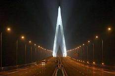 <p>Una veduta notturna del ponte, ancora incompleto, sulla Baia di Hangzhou a Ningbo, nella provincia di Zhejiang, il 21 marzo 2008. REUTERS/Steven Shi (CHINA)</p>