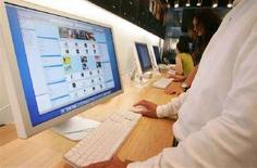<p>Un cliente fa ricerche su iTunes di Apple. REUTERS/Kiyoshi Ota/Files</p>