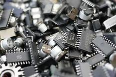 <p>Las ventas globales de semiconductores aumentaron un 3,4 por ciento en marzo, respecto al mismo mes del año pasado, alentadas por las ventas de computadoras y de teléfonos móviles fuera de Estados Unidos, informó el jueves una asociación del sector. Las ventas mundiales crecieron a 21.100 millones de dólares, desde los 20.500 millones de dólares de febrero, señaló la Asociación de la Industria de los Semiconductores (SIA, por su sigla en inglés) en un reporte mensual. Photo by Yuriko Nakao/Reuters</p>
