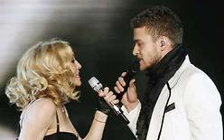 <p>La carrera musical de Madonna puede abarcar más de 25 años, pero durante una presentación exclusiva efectuada el miércoles para celebrar el lanzamiento de su undécimo álbum de estudio la estrella pop dijo a sus seguidores que se siente 'como la primera vez'. La rubia cantante de 49 años entonó seis canciones ante unas 2.000 personas en el Roseland Ballroom de Nueva York, incluidas cuatro de 'Hard Candy', su nuevo álbum y el último del contrato que la ligaba con Warner Bros., lanzado esta semana a nivel internacional. Photo by Lucas Jackson/Reuters</p>