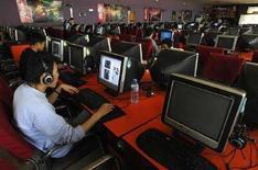 <p>Clienti di un internet cafe a Changzhi, Cina, il 25 aprile 2008. REUTERS/Stringer</p>
