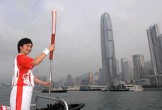 <p>O maestro da orquestra de Hong Kong, Yip Wing-sie, carrega a tocha olímpica durante o revezamento em 2 de maio de 2008. Photo by Reuters (Handout)</p>