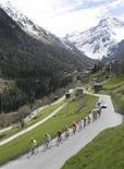 <p>Il corridore dell'Astana, Andreas Kloden, guida il gruppo durante la quarta tappa del Giro di Romandia, Grimentz, 3 maggio. REUTERS/Denis Balibouse</p>