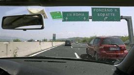 <p>Un automobilista in autostrada. REUTERS/Chris Helgren</p>