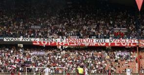 "<p>Болельщики ""ПСЖ"" на матче чемпионата Франции в Париже 26 апреля 2008 года. (REUTERS/Benoit Tessier)</p>"