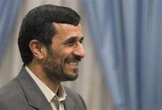 <p>Президент Ирана Махмуд Ахмадинежад улыбается во время официального приема в Тегеране, 4 мая 2008 года, Иран не согласится свернуть ядерную программу в обмен на привилегии, какие бы выгоды ни сулили ему западные державы, заявил в понедельник иранский МИД. (REUTERS/Raheb Homavandi)</p>