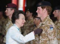 <p>Принцесса Анна вручает награду за прохождение службы в Афганистане принцу Гарри в Виндзоре 5 мая 2008 года. Принц Гарри в понедельник был награжден медалью за прохождение службы в Афганистане. (REUTERS/John Stillwell/Pool)</p>