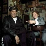 <p>Mick Hucknall (a destra) in una foto con Bobby Blue Bland. REUTERS/Hand out</p>