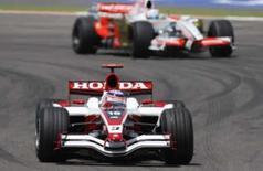 <p>O piloto de F1 Takuma Sato da equipe Super Aguri corre durante treino para o GP do Bahrein, em 5 de abril. A combalida equipe Super Aguri foi proibida de entrar no circuito onde acontecerá o GP da Turquia, ao menos até que a Honda decida o que fazer com essa sua subsidiária. Photo by Ahmed Jadallah</p>