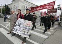 <p>Сторонники КПРФ протестуют против роста цен во время первомайской демонстрации в Ставрополе, 1 мая 2008 года. Главной задачей нового правительства России, которое, как ожидается, возглавит в четверг уходящий президент Владимир Путин, население страны считает борьбу с ростом цен, при этом состав кабинета россияне ему менять не советуют, свидетельствуют данные опроса, проведенного негосударственным социологическим Левада-центром. (REUTERS/Eduard Korniyenko)</p>