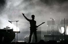 """<p>Певец Принц на музыкальном фестивале Coachella в Индио 26 апреля 2008 года. Певец Принц, известный публике под самыми разнообразными псевдонимами, включая непроизносимое """"Исполнитель, ранее известный как Принц"""", станет автором книги, которая выйдет в текущем году - на его 50-летний юбилей. (REUTERS/Mario Anzuoni)</p>"""