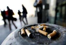 <p>People smoke on the pavement outside of their office in Nice, southeast France, January 30, 2007. REUTERS/Eric Gaillard</p>