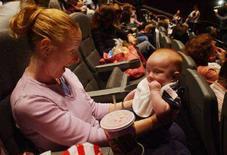 <p>Una mamma col figlio al cinema. REUTERS</p>