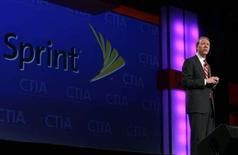 <p>Dan Hesse, P-DG de Sprint Nextel. Les groupes américains Sprint Nextel et Clearwire annoncent leur intention de fusionner leurs activités de télécommunications à haut débit sans fil au sein d'une nouvelle entité, une opération dont ils estiment le montant à 14,5 milliards de dollars. /Photo prise le 1er avril 2008/REUTERS/Steve Marcus</p>