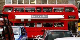 <p>Двухэтажный лондонский автобус, превращенный в ресторан, припаркованный в восточном Лондоне. Новый мэр Лондона Борис Джонсон сообщил в среду, что в городском транспорте столицы с июня будет запрещено распитие спиртных напитков. (REUTERS/Alessia Pierdomenico)</p>