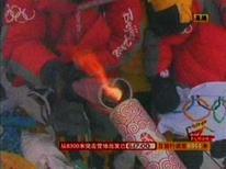 <p>A chama olímpica troca de tochas no topo do monte Everest, em imagens de televisão, dia 8 de maio. Uma mulher tibetana deu os últimos passos para levar a tocha olímpica ao topo do monte Everest na quinta-feira, realizando 'um sonho de todo o povo chinês', mas grupos de defesa dos direitos humanos criticaram Pequim por politizar os Jogos. Photo by Reuters Tv</p>