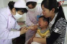 <p>Врач осматривает ребенка, заболевшего вирусной пузырчаткой, в больнице китайского города Хэфэй. 10 мая 2008 года. Вспышка смертельного заболевания в Китае не станет еще одной эпидемией масштаба атипичной пневмонии, несмотря на то, что количество заболевших в Азии увеличивается, сказал известный китайский врач в среду (REUTERS/Jianan Yu)</p>
