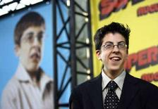 """<p>Актер Кристофер Минц-Плассе позирует перед фотографами на премьере фильма """"Супер-перцы"""" в Голливуде 13 августа 2007 года. Подростковая комедия о двух зацикленных на сексе подростках """"Super-перцы"""" (""""Superbad"""") возглавила список номинантов на церемонию награждения кинонаград MTV Movie Awards 2008 года (REUTERS/Mario Anzuoni)</p>"""