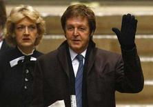 <p>Paul McCartney (R), and lawyer Fiona Shackleton arrive at the High Court in London March 17, 2008. REUTERS/Kieran Doherty</p>