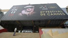 <p>Cartaz oficial do festival é exposto em Cannes, em 12 de maio de 2008   REUTERS. Photo by Eric Gaillard</p>