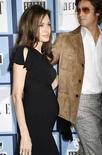<p>Foto de archivo de la pareja de actores estadounidenses Angelina Jolie y Brad Pitt a la llegada de los Spirit Awards en Santa Mónica, California. La actriz ganadora del Oscar Angelina Jolie dijo el miércoles en una entrevista televisiva que está embarazada de gemelos, el quinto y sexto hijo de su relación con el actor hollywoodense Brad Pitt. Jolie, en una entrevista durante el festival de cine de Cannes junto al actor Jack Black para el programa de entretenimiento 'Access Hollywood', reconoció su embarazo luego de que Black se refirió a los gemelos. Photo by Fred Prouser/Reuters</p>