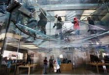 <p>Alcuni visitatori nel nuovo Apple store di Boston, il più grande degli Stati Uniti. REUTERS/Brian Snyder</p>