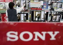 <p>La compañía japonesa de electrónica Sony Corp reportó el miércoles una inesperada pérdida operacional del cuarto trimestre fiscal, golpeada por el déficit en su división de videojuegos y una caída en el valor de sus inversiones, pero auguró un alza en sus ganancias de este año. Sony informó una pérdida operacional de 4.700 millones de yenes (45,29 millones de dólares) entre enero y marzo, frente a los 113.370 millones de yenes que perdió en el mismo trimestre del año pasado, cuando fue duramente afectada por los altos costos de lanzamiento de sus consolas de videojuegos PlayStation 3 (PS3). Photo by Yuriko Nakao/Reuters</p>