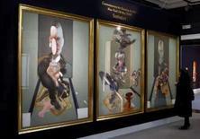 <p>Visitante observa  'Triptych, 1976' , de Francis Bacon, em Londres, dia 14 de abril. O quadro 'Triptych, 1976', de Francis Bacon, foi arrematado por 86 milhões de dólares em um leilão da Sotheby's, na quarta-feira, um recorde para arte do pós-guerra e contribuindo para o melhor resultado da casa de leilões em seus quase 300 anos de história. Photo by Alessia Pierdomenico</p>