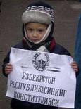 <p>Мальчик держит плакат во время ралли защитников прав человека в Ташкенте, 20 декабря 2007 года. Гражданка Узбекистана, осужденная за критику в адрес правительства по поводу кровопролитного подавления войсками массовых беспорядков в Андижане три года назад, удостоена престижной международной премии в области защиты прав человека. (REUTERS/Maria Golovnina)</p>