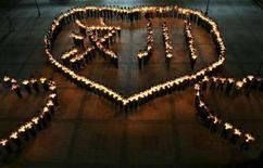 "<p>Люди стоят с зажженными свечами в руках во время ночного бдения в память о жертвах землетрясения. Жители Китая достают кошельки, чтобы оказать денежную помощь пострадавшим от землетрясения, а мошенники не упускают случая обогатиться на волне всеобщей щедрости. People stand with lit candles forming heart shapes during a vigil for the Sichuan earthquake victims at a middle school in Hanshan county, Anhui province May 15, 2008. The Chinese characters read ""Wenchuan"", the quake epicentre. Picture taken May 15, 2008. REUTERS/China Daily (CHINA). CHINA OUT. NO COMMERCIAL OR EDITORIAL SALES IN CHINA.</p>"
