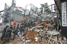 <p>Солдаты китайской армии разбирают завалы на месте школы в городе Ханьван, провинция Сычуань, 16 мая 2008 года. Число жертв сильнейшего за 30 лет землетрясения в Китае возросло до 21.500 человек, сообщил вице- губернатор провинции Сычуань Ли Чэнюнь. (REUTERS/Claro Cortes IV)</p>