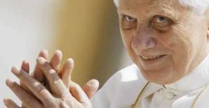 <p>Papa Bento 16 cumprimenta fiéis durante audiência semanal no Vaticano. O papa acusou os meios de comunicação e a indústria do entretenimento de prejudicarem a sociedade ao retratarem a sexualidade de forma trivial. Photo by Chris Helgren</p>