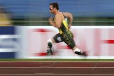 <p>L'atleta sudafricano Oscar Pistorius impegnato nei 400 metri. REUTERS/Alessandro Bianchi (ITALY)</p>