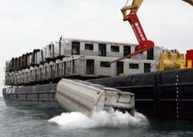 <p>Après quatre décennies à transporter des millions de voyageurs, 44 wagons du métro de New York sont à présent destinés à devenir le refuge de millions de poissons au large d'Ocean City. Ils ont été largués dans l'océan Atlantique, à une trentaine de kilomètres au large des côtes du Maryland, afin de créer un récif artificiel à même d'attirer des poissons pour l'industrie très lucrative de la pêche sportive. /Photo prise le 16 mai 2008/REUTERS/Tim Shaffer</p>