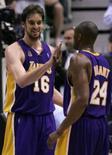 <p>Gasol do Los Angeles Lakers cumprimenta seu parceiro de time Bryant após marcar pontos contra o Utah Jazz durante o Jogo 6 em Salt Lake City. Photo by Robert Galbraith</p>