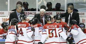 <p>Canada's coach Ken Hitchcock (C) directs his team during their semi-final game against Sweden at the 2008 World Hockey Championships in Quebec City, May 16, 2008. REUTERS/Mathieu Belanger</p>