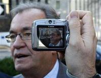 <p>Canadian Auto Workers (CAW) President Buzz Hargrove is framed in the viewfinder of a camera while speaking with journalists in Ottawa November 2, 2007. REUTERS/Chris Wattie</p>