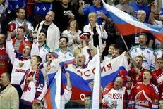 <p>Болельщики сборной команды России по хоккею поддерживают своих любимцев в Квебеке 16 мая 2008 года. Сборная России по хоккею в пятницу разгромила команду Финляндии со счетом 4-0 и вышла в финал чемпионата мира в Канаде. (REUTERS/Christinne Muschi)</p>