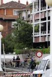 <p>Policiais bascos mascarados caminham próximos de localde explosão de carro-bomba, na Espanha. Um carro-bomba explodiu na cidade de Getxo, localizada no litoral basco, mas um alerta telefônico do grupo separatista basco ETA permitiu que a polícia esvaziasse o local. Photo by Reuters</p>